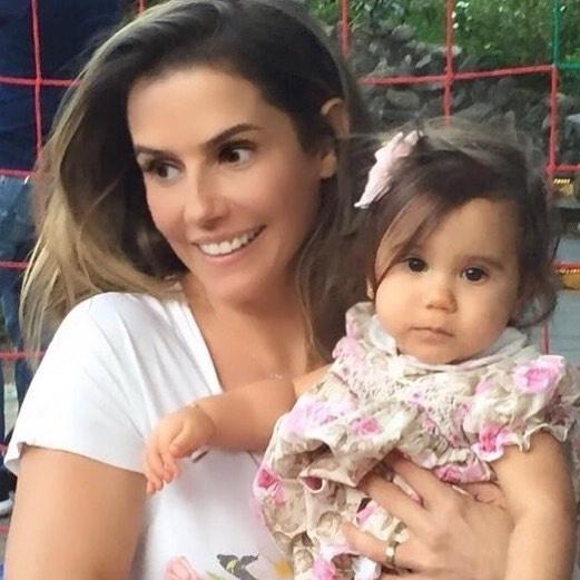 02.set.2016 - Deborah Secco publica foto ao lado de sua filha, Maria Flor