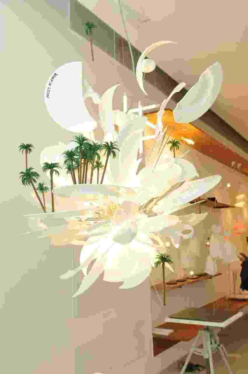 Ingo Maurer apresenta a versão brasileira da luminária Porca Miséria - criada em 1994 - para a inauguração da FAS iluminação + Estúdio Brasil Ingo Maurer, seu 'showroom' em São Paulo. Entre cabos para a sustentação e 'louças quebradas', a estrutura alcança a marca dos 30 kg - Divulgação