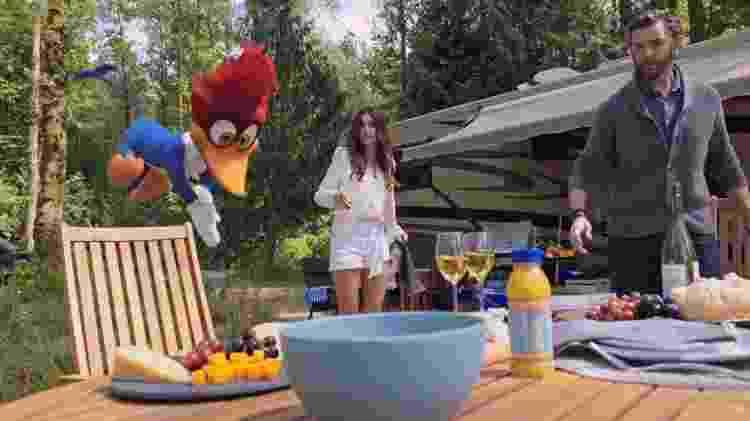 """Thaila Ayala com o ator Timothy Omundson em cena de """"Pica-Pau - O Filme"""" - Reprodução/Youtube - Reprodução/Youtube"""