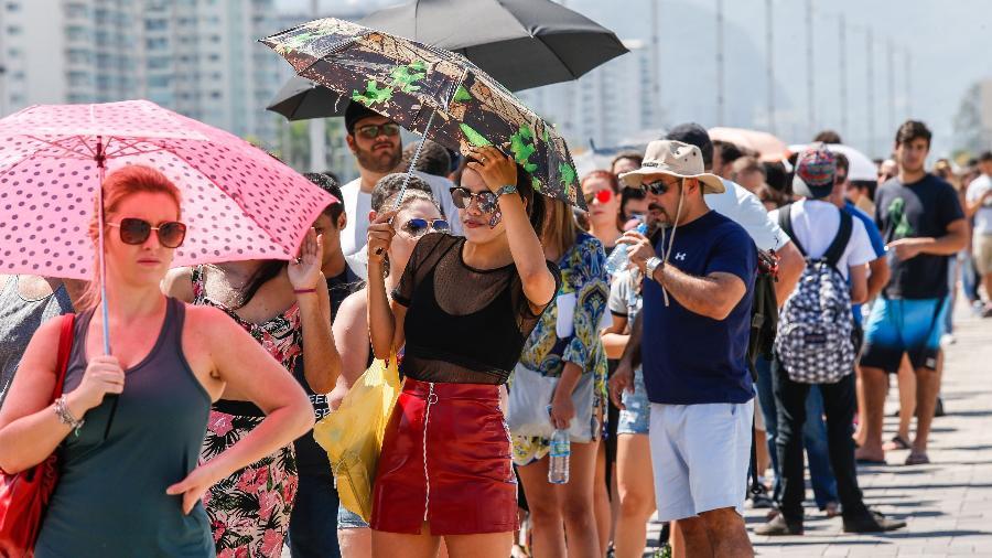 Haja água e sombrinha para se proteger do sol na fila do Rock in Rio - Marco Antonio Teixeira/UOL