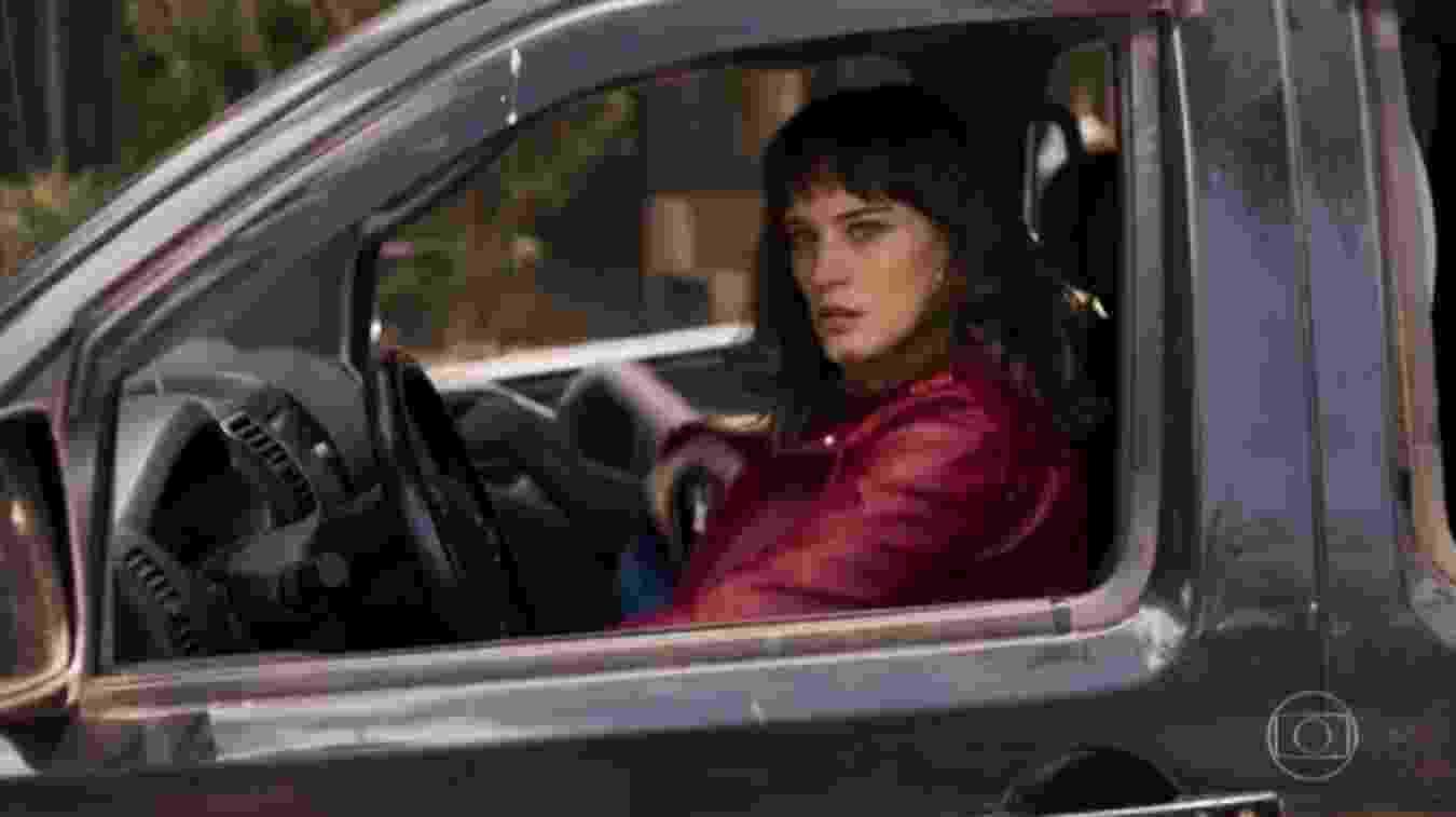 """Clara aprendeu a dirigir em """"O Outro Lado do Paraíso"""" - Reprodução/TV Globo"""