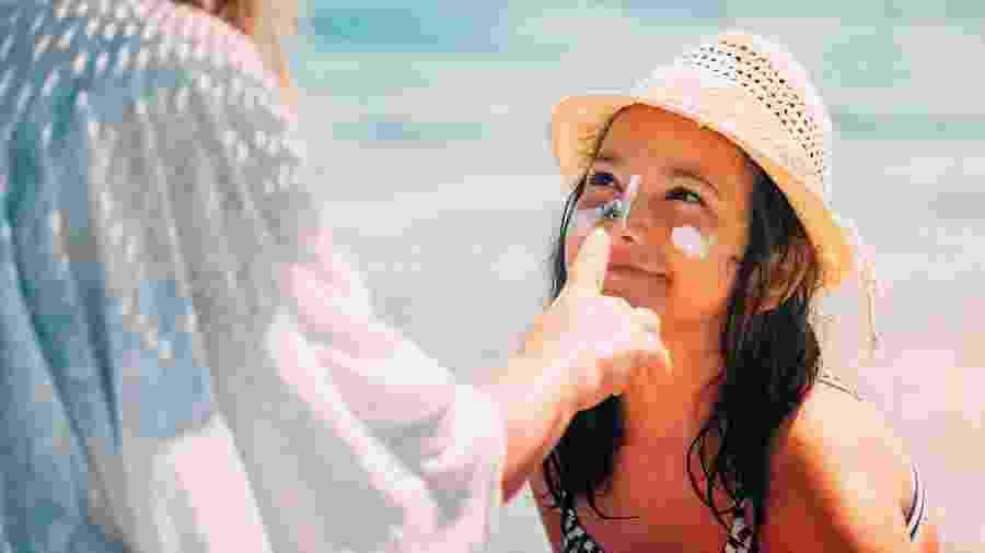 O protetor solar para o rosto costuma ser menos gorduroso e oferecer benefícios para o tratamento de manchas - iStock