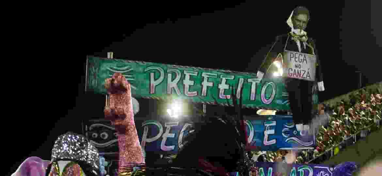 """O prefeito carioca Marcelo Crivella é transformado em Judas no desfile da Mangueira, sobre as palavras: """"Prefeito, pecado é não brincar o Carnaval!"""" - Bruna Prado/UOL"""