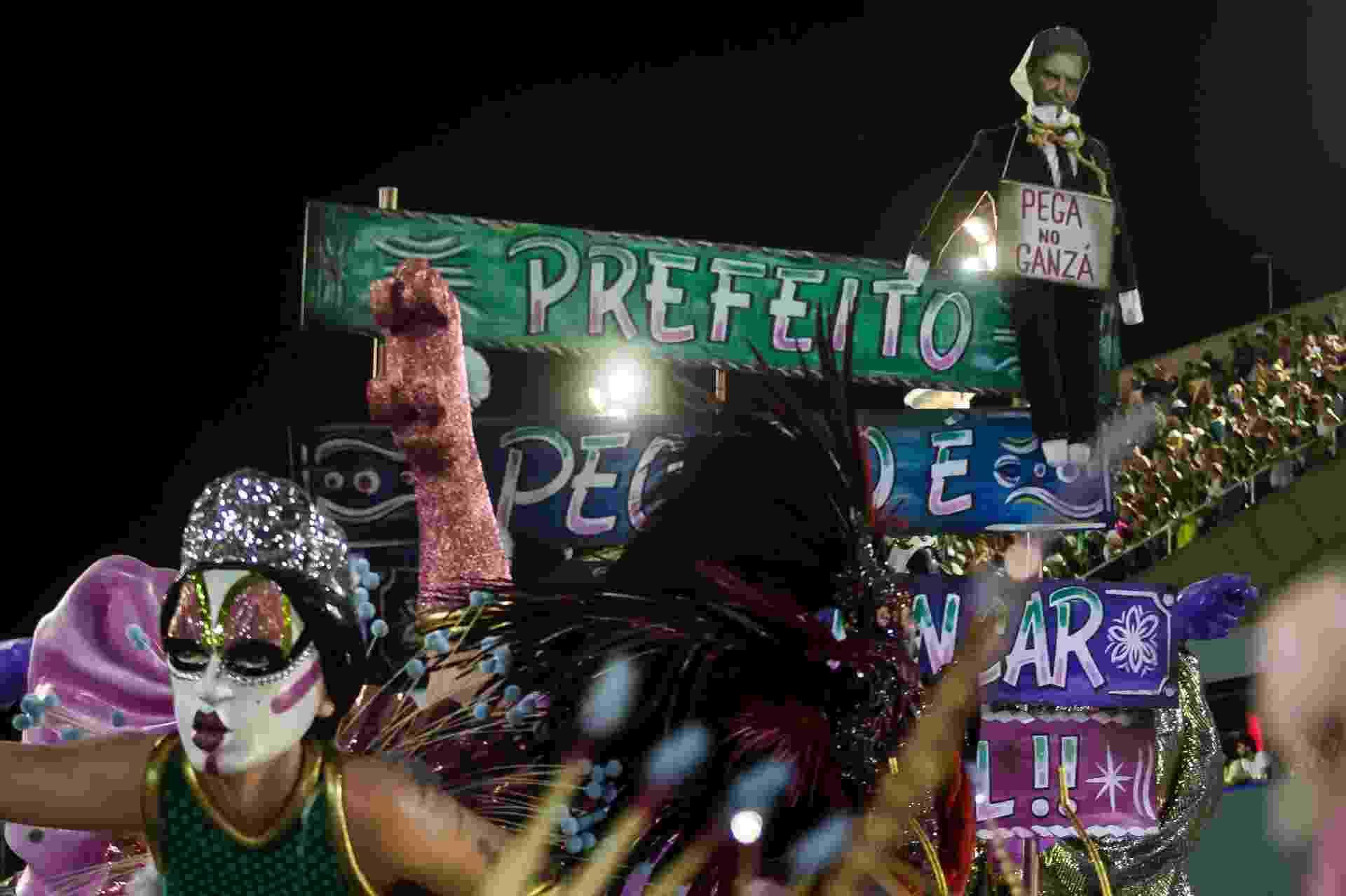 Em desfile, Mangueira faz crítica à falta de apoio ao Carnaval do Rio de Janeiro - Bruna Prado/UOL