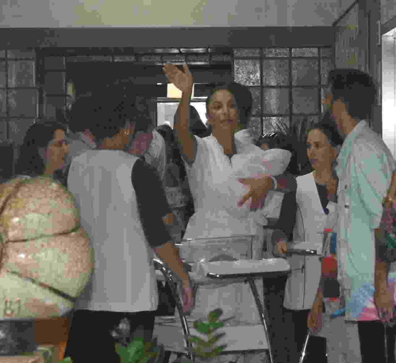 Ivete Sangalo deixou o hospital em Salvador com as filhas Helena e Marina acompanhada do marido Daniel Cady e filho Marcelo - Francisco Cepeda, Daniel Delmiro e Deividi Correa/AgNews