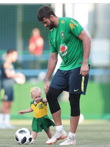 Alisson Becker e sua primogênita, Helena, na Copa do Mundo da Rússia - Reprodução/Instagram