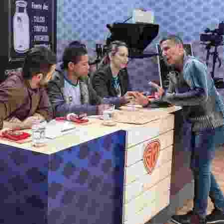 """Eri Johnson conversa com os jurados do reality show """"SuperMerendeiras"""", da TV Escola - Carlos Henrique Santos/Eye Photo Estudio - Carlos Henrique Santos/Eye Photo Estudio"""