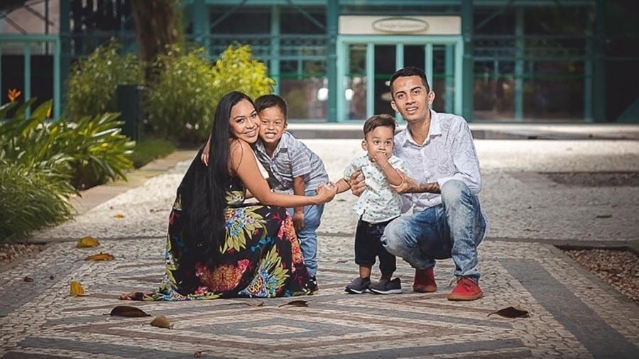 Carla e Alan com os filhos, Ryan e Lorenzo - Reprodução/Facebook
