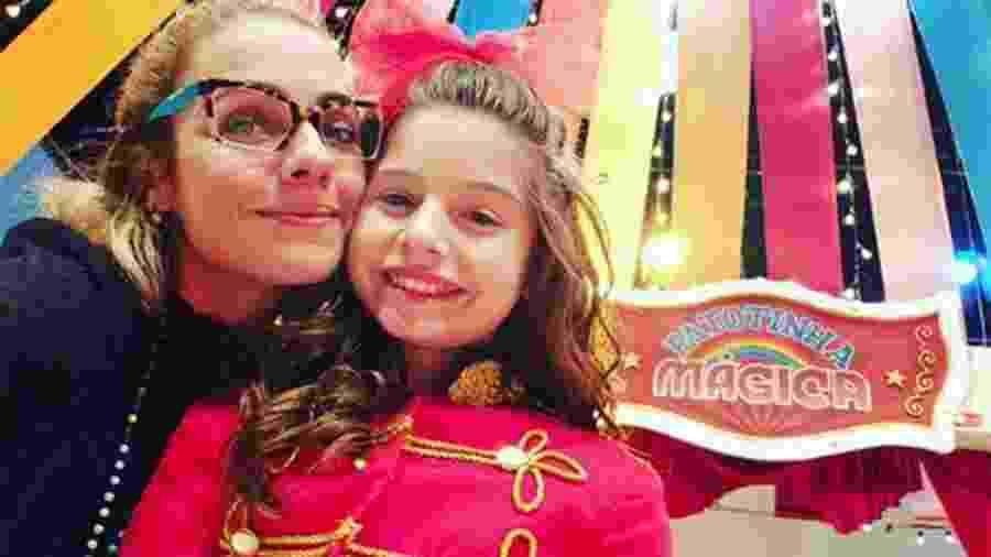 """A ex-paquita Ana Paula Guimarães, diretora da novela """"Verão 90"""", ao lado da atriz Melissa Nóbrega - Reprodução/Instagram"""