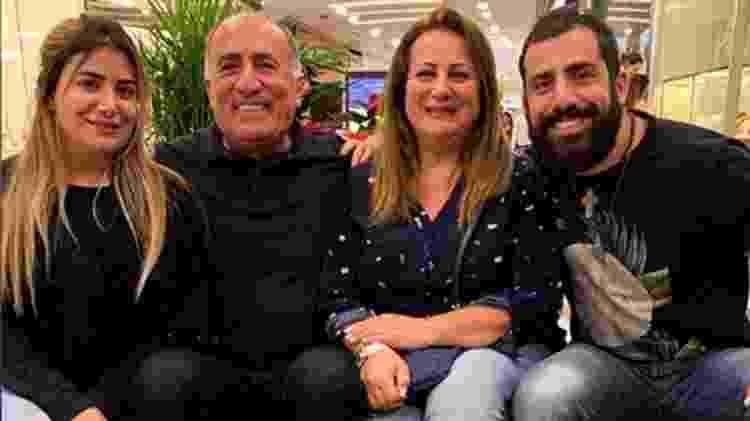 """Kaysar com os pais e a irmã: """"A família é o amor que plantamos em solo fértil, é o maior bem que podemos ter. É para amar por toda a vida"""", escreveu ele no Instagram - Reprodução/Instagram - Reprodução/Instagram"""