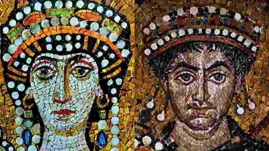 Dizem que Justiniano (à direita) se apaixonou por Teodora (à esquerda) por ela ser inteligente e geniosa - Getty Images
