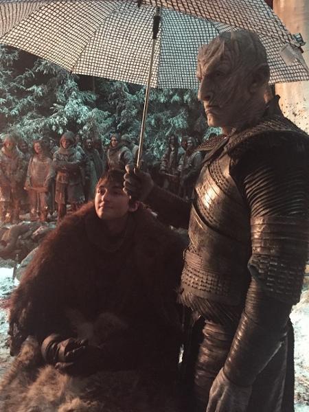 """Isaac Hempstead-Wright, o Bran de """"Game of Thrones"""", mostra foto de  bastidor da série ao lado de Vladimir Furdik, o Rei da Noite - Reprodução/Instagram"""