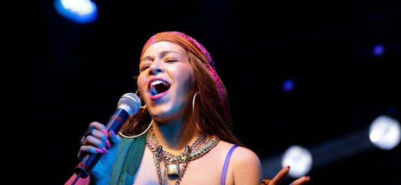 19.mai.2019 - A cantora Flora Matos se apresenta no palco Sao Bento, centro de Sao Paulo, durante a Virada Cultural 2019 neste domingo - Nelson Antoine/UOL
