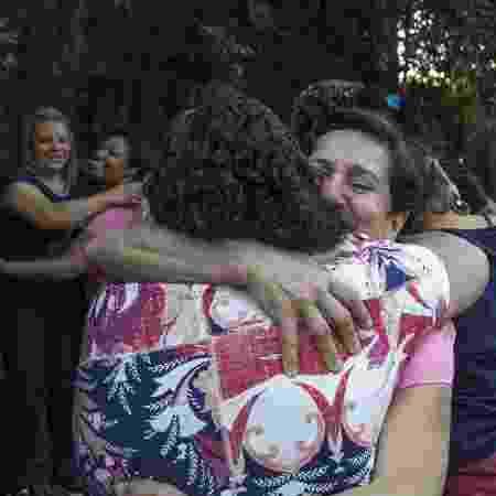 Mulheres se abraçam após roda de conversa do projeto Casa LAB - Jardiel Carvalho/Ecoa