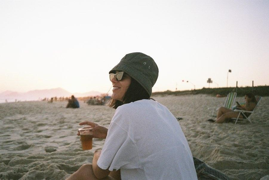 Bruna Marquezine relaxa na praia