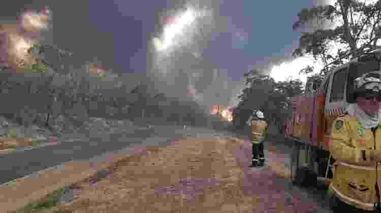 Brigada rural em Kangaroo Valley tenta conter avanço do fogo em 4 de janeiro de 2020 - Reprodução/Facebook - Reprodução/Facebook