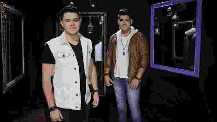 João Gustavo & Murilo durante gravação do clipe de Lençol Dobrado no Studio Vip, em São Paulo; após o lançamento da música, a dupla estreou na Globo no SóTocaTop e assinou contrato com a Warner - Reprodução/Instagram/joaogustavoemurilo
