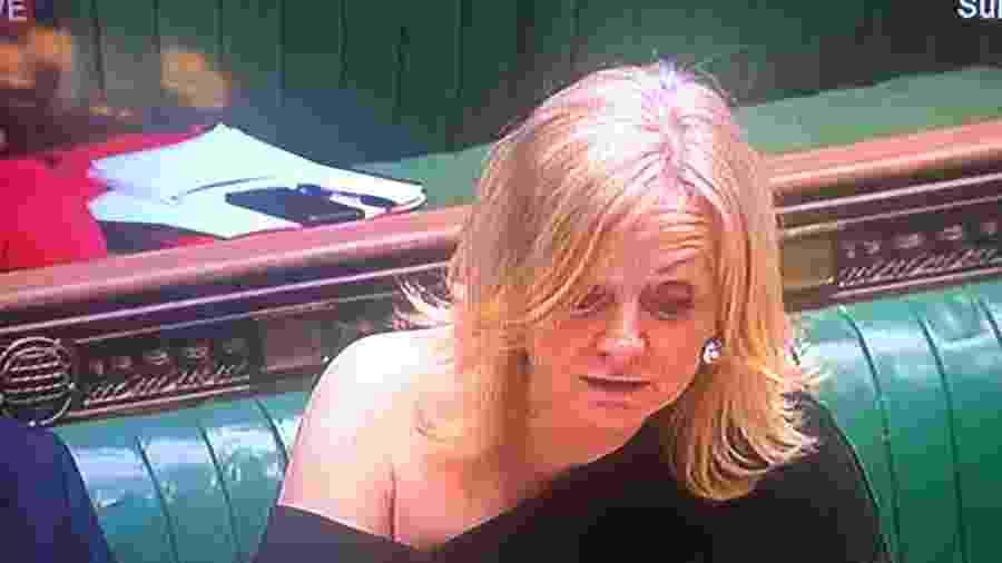Tracy Brabin recebeu críticas por deixar o ombro à mostra no Parlamento britânico - Reprodução
