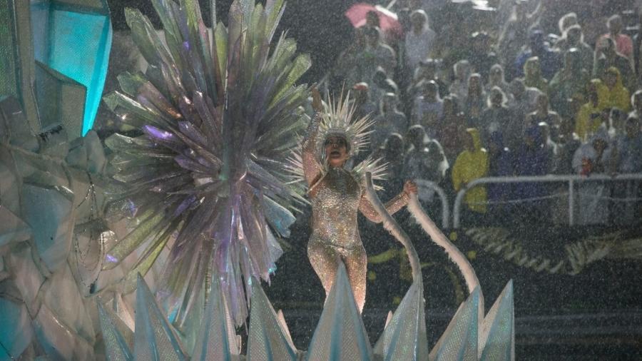 Beija-flor desfila em meio a chuva no Rio de Janeiro - Júlio César Guimarães/UOL