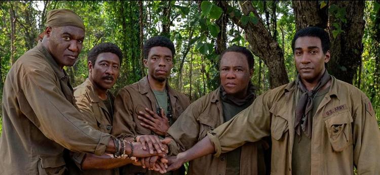 Chadwick (centro) em Destacamento Blood (2020), de Spike Lee - Reprodução - Reprodução