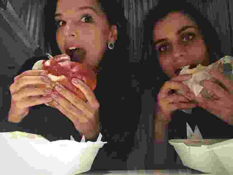 Mariana comendo hamburguer vegetariano com a prima, Jaqueline Vaz - Arquivo pessoal - Arquivo pessoal