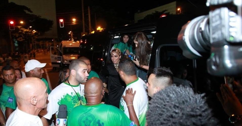 10.jan.2016 - Anitta é cercada por integrantes da Mocidade ao chegar para ensaio técnico na Sapucaí