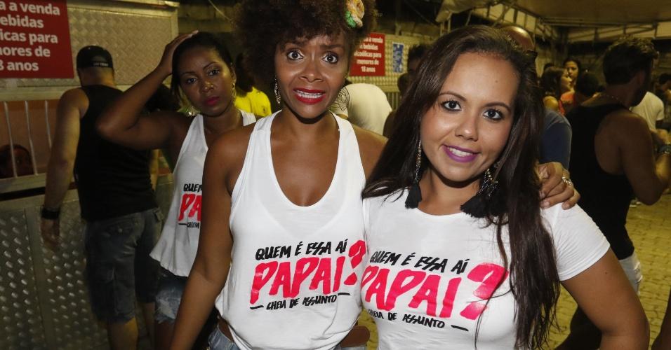"""16.jan.2016 - Fãs usam camiseta com a frase """"Quem é essa aí, papai?"""" no show de Ivete Sangalo na Praia do Forte (BA)"""