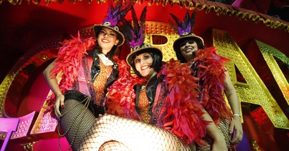 6.fev.2016 - Ala do musical Cabaré na escola Nenê de Vila Matilde, em homenagem à Cláudia Raia, se prepara para entrar no Anhembi no Carnaval 2016 de São Paulo
