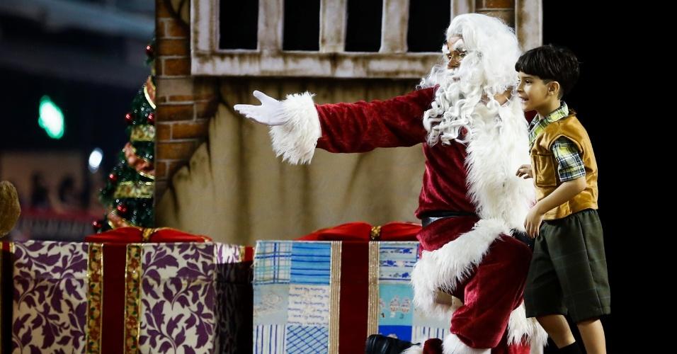 7.fev.2016 - Papai Noel é a atração principal da comissão de frente da Dragões da Real, que canta sobre dar e receber presentes