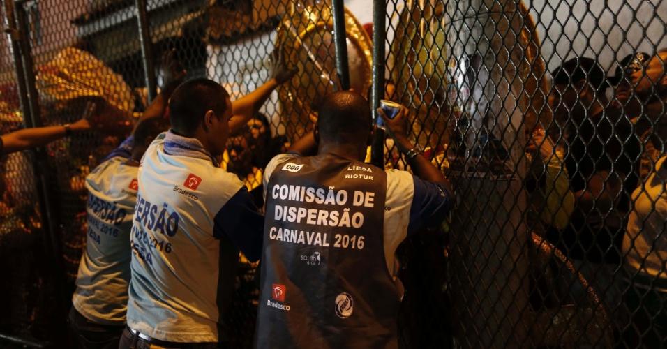 07.fev.2016 - Confusão na dispersão da Estácio de Sá, primeira escola a desfilar na Sapucaí na noite de domingo (7)