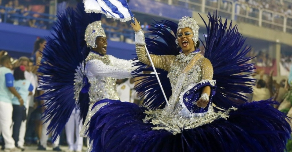 13.fev.2016 -  Alex Marcelino e Danielle Nascimento, primeiro casa de mestre-sala e porta-bandeira no desfile da Portela