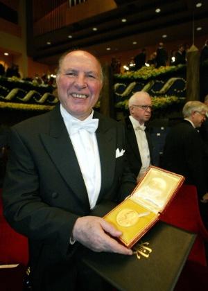 Imre Kertesz posa com o seu prêmio Nobel de Literatura durante cerimônia em Estocolmo, na Suécia (2002) - AFP