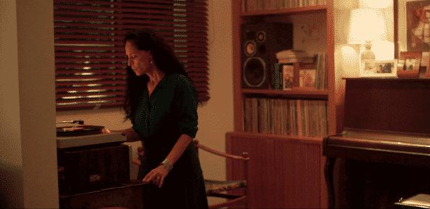 Clara (Sônia Braga) coloca Roberto Carlos para girar; cantor autorizou o uso de canção logo de cara - Divulgação