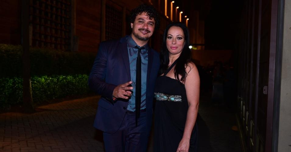 21.nov.2016 - O cantor Léo Maia chega acompanhado da mulher, Luciana Palhares, à cerimônia do sétimo casamento de Fábio Jr. em São Paulo