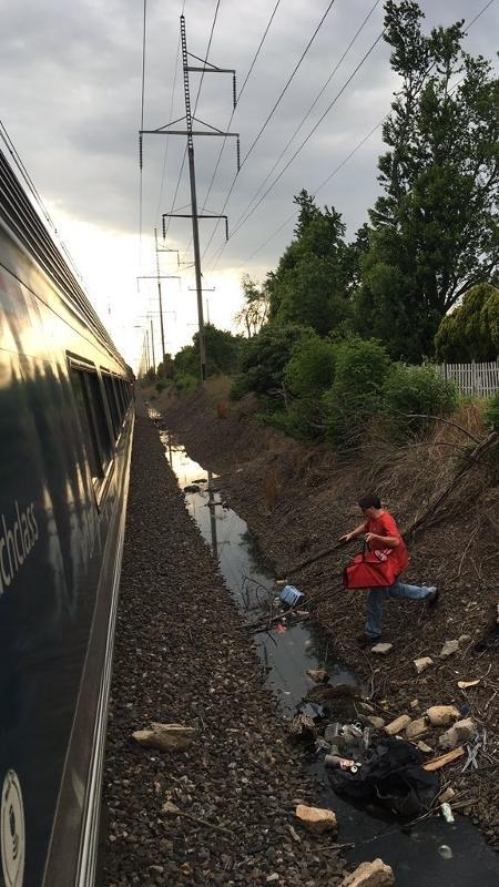 Entregador de pizza se esforçou para matar a fome de quem ficou preso no trem - Reprodução/Instagram.com