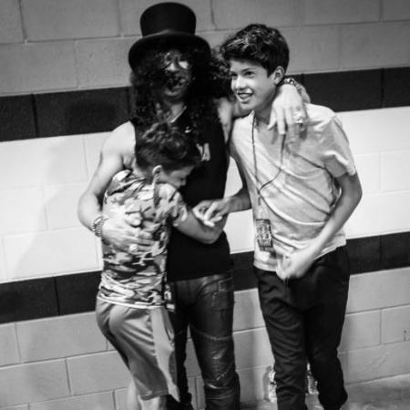 O guitarrista Slash e seus filhos - Reprodução/Instagram