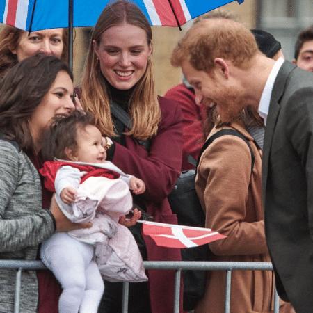 Príncipe Harry brinca com bebê em visita à Dinamarca - Reprodução/Instagram @itvnews