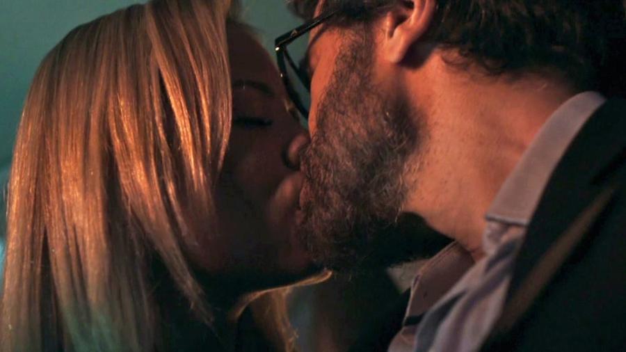 Suzy e Samuel têm primeira noite de amor após o médico falhar em outras ocasiões - Reprodução/GShow/O Outro Lado do Paraíso
