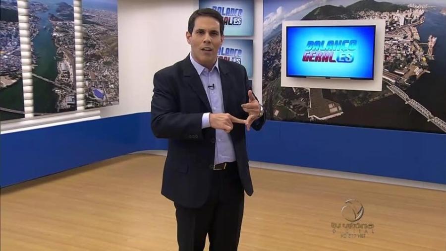 """Conhecido por seu jeito """"maluco"""" de apresentar as notícias, Amaro Neto, da TV Vitória, afiliada da Record no ES - Reprodução / Facebook"""