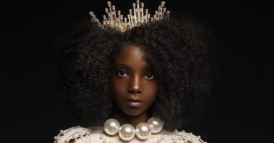 """""""Nós tentamos combater esses estereótipos em nossa fotografia mostrando imagens diversas de crianças que amam a pele em que estão, seus próprios cachos naturais e sua cultura. Histórias como essas são importantes para mostrar para que possamos destruir os padrões atuais de beleza"""", defendem"""