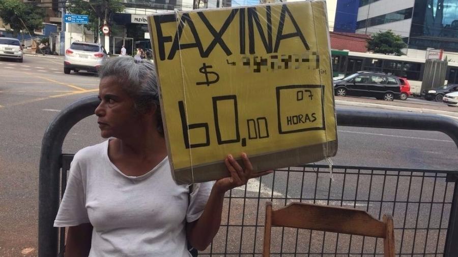 Rosana da Silva exibe um pedido de emprego todos os dias na Vila Mariana, bairro da zona sul de São Paulo - Leandro Machado/BBC Brasil