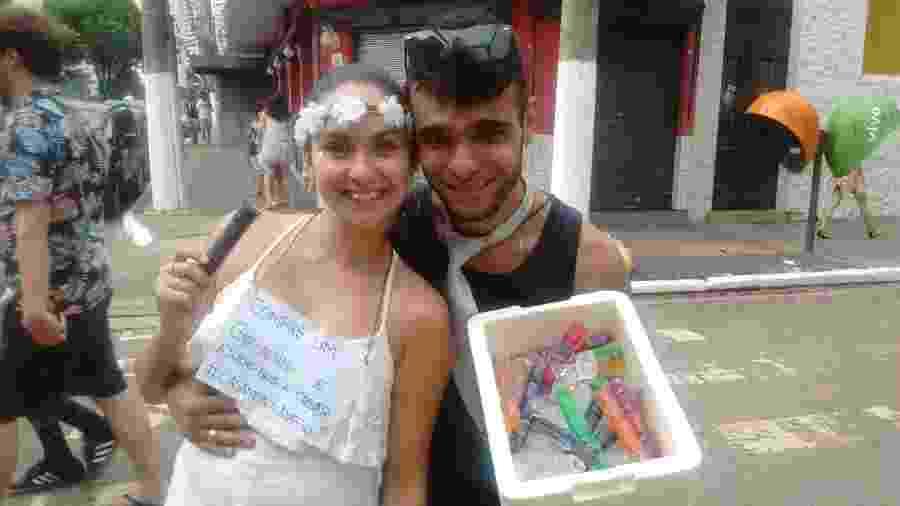 Angela Leão, 23, e Gustavo Gualda, 30, aproveitam a folia para realizar o sonho do matrimônio - Gabriela Fujita/UOL