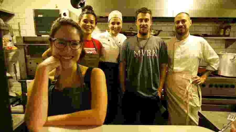 A chef acriana Amanda Vasconcelos e sua equipe - Arquivo pessoal