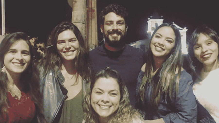 Mariana Goldfarb e Cauã Reymond posam com fãs em Arraial do Cabo - Reprodução/Instagram