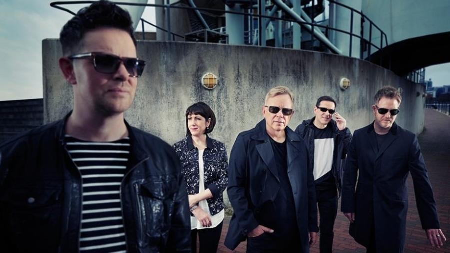 O vocalista e guitarrista Bernard Sumner (centro) e os colegas de New Order - Divulgação