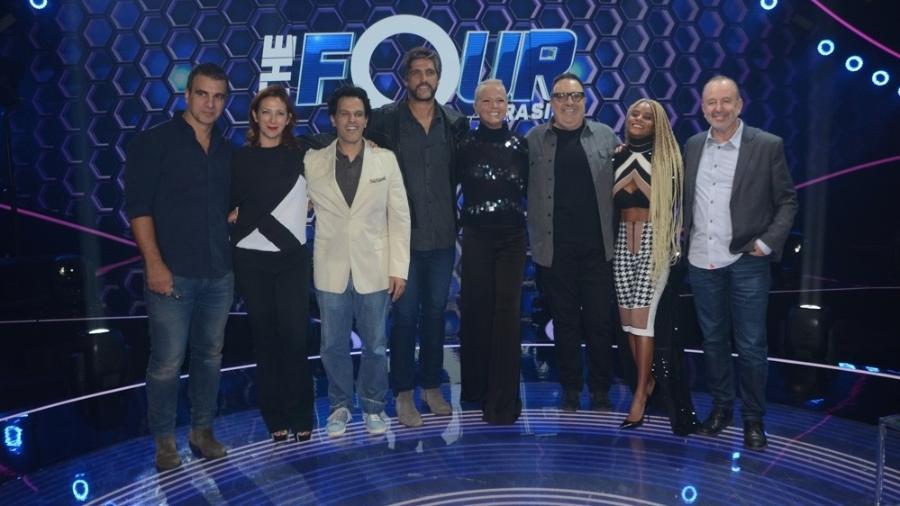 """Xuxa Meneghel posa ao lado de jurados e direção de seu novo programa, o """"The Four"""" - Eduardo Martins/AgNews"""
