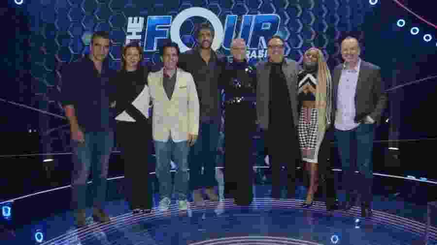 """Xuxa Meneghel posa ao lado de jurados e do diretor de seu novo programa, o """"The Four"""" - Eduardo Martins/AgNews"""