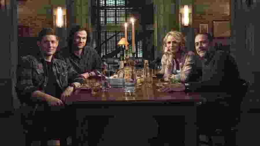 """Dean (Jensen Ackles), Sam (Jared Padalecki), Mary (Samantha Smith) e John (Jeffrey Dean Morgan) se reúnem em foto do episódio 300 de """"Supernatural"""" - Divulgação"""