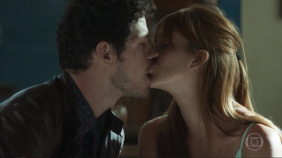 """Marina Ruy Barbosa e José Loreto protagonizam beijo quente em """"O Sétimo Guardião"""" - Reprodução/TV Globo"""