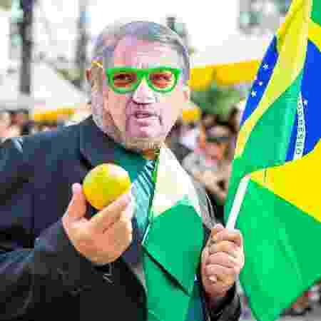 Folião usa máscara do presidente Jair Bolsonaro no bloco CarnaJazz - Edson Lopes Jr./UOL
